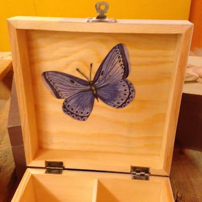 decorar una caja con pintura y papel decoupage
