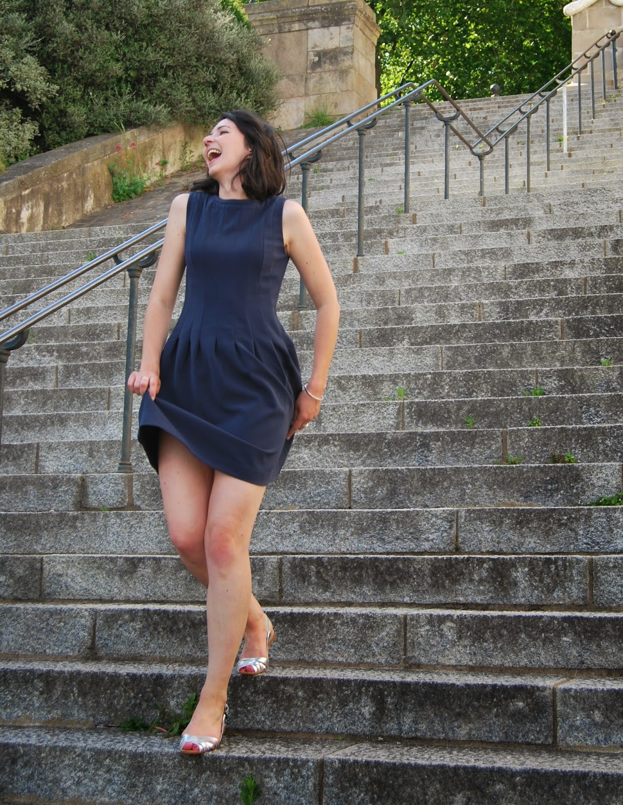 Robe bleu marine H&M , sandales argenté zara