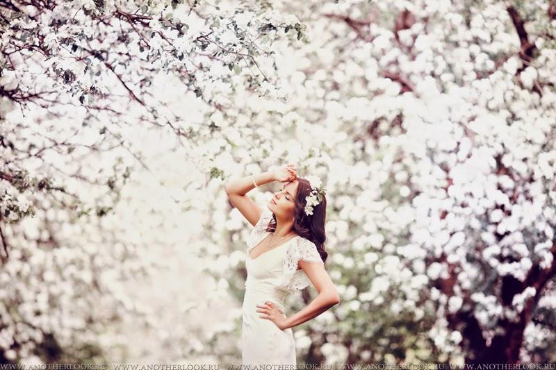 Фотосессия в цветущем яблоневом саду
