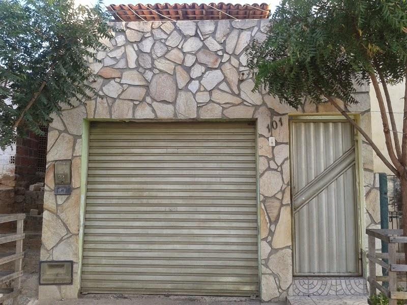 Vende-se uma casa com garagem na Rua 7 de Setembro, em Mairi