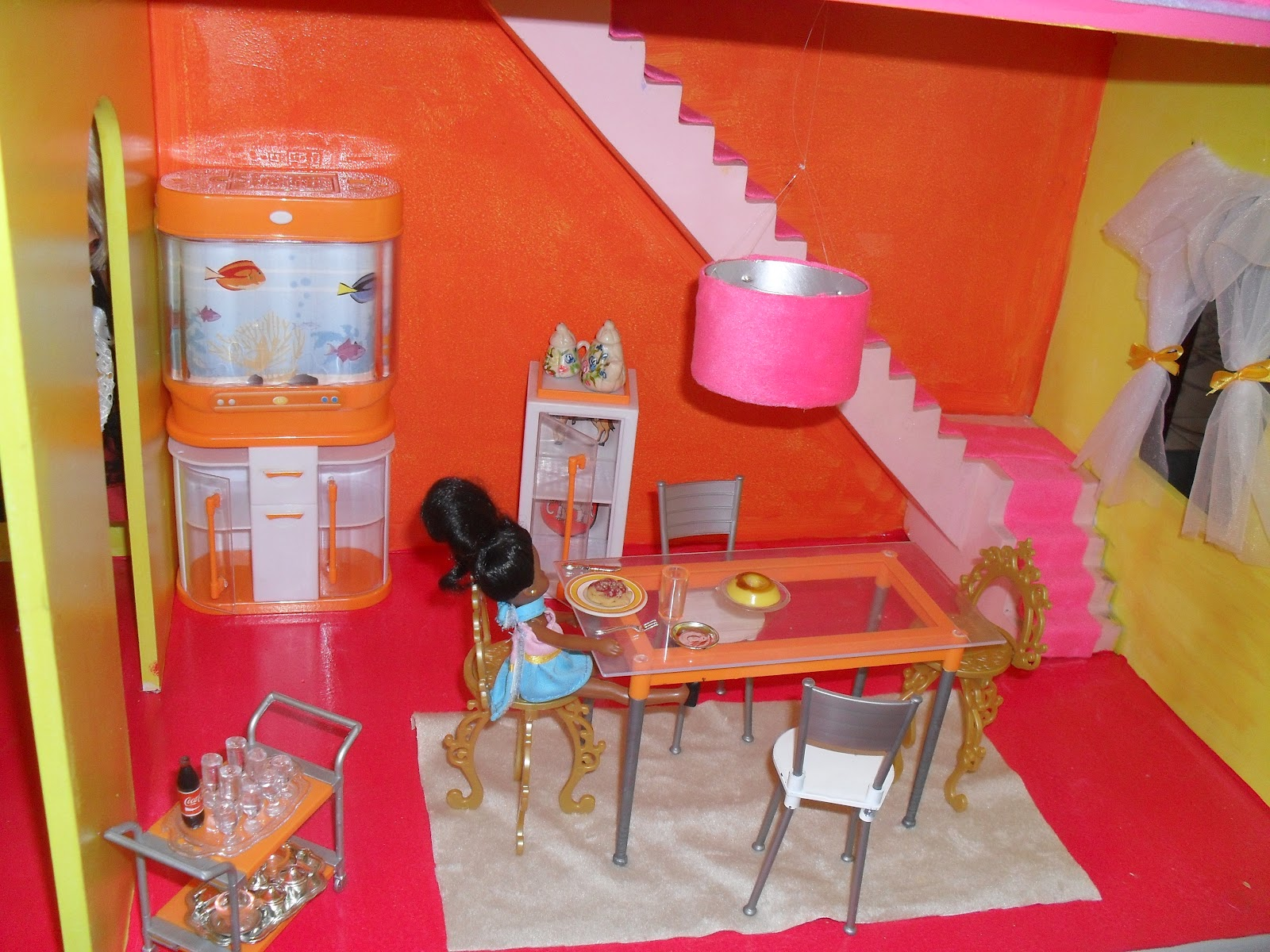 Sala de jantar Moveis da Susi as cadeiras douras são da barbie #8B2515 1600x1200 Banheiro Da Barbie De Papelão