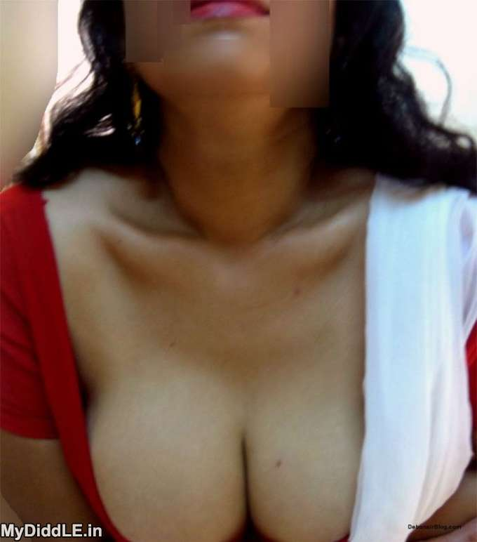 Desi Hot Neighbour Bhabhi Showing her Big Boobs in Blouse indianudesi.com