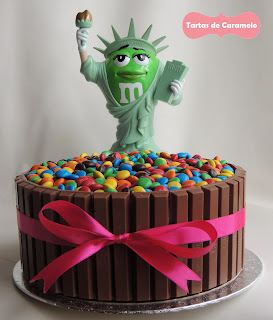 Tarta de chocolate y frambuesa con emanems y kitkat con la estatua de la libertad de M&M's World New York
