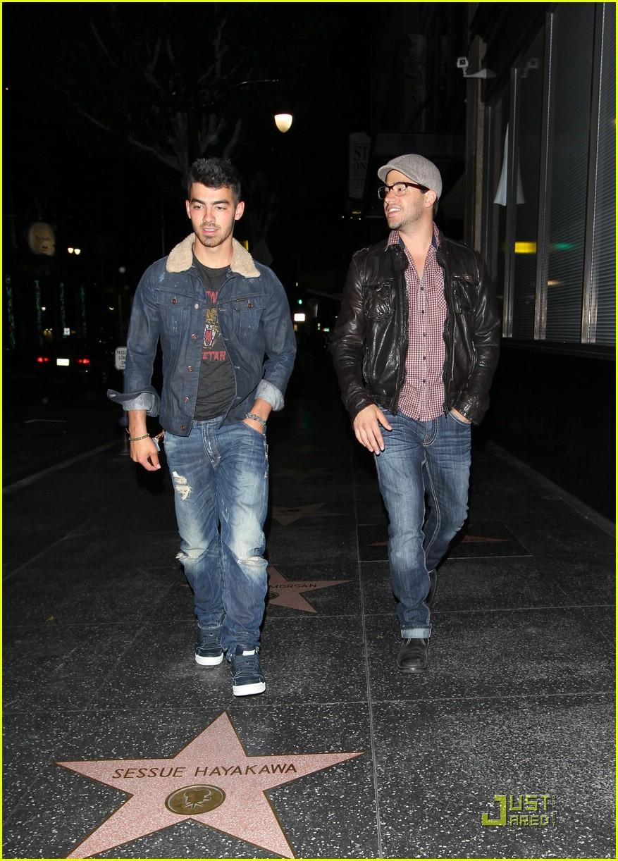 Jobroticiero: Nick Jonas Y Delta Goodrem tomados de la mano