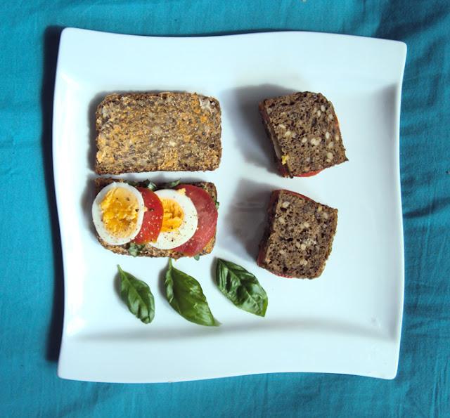 Kanapki z jajkiem, pomidorem, świeżą bazylią i masłem paprykowym.