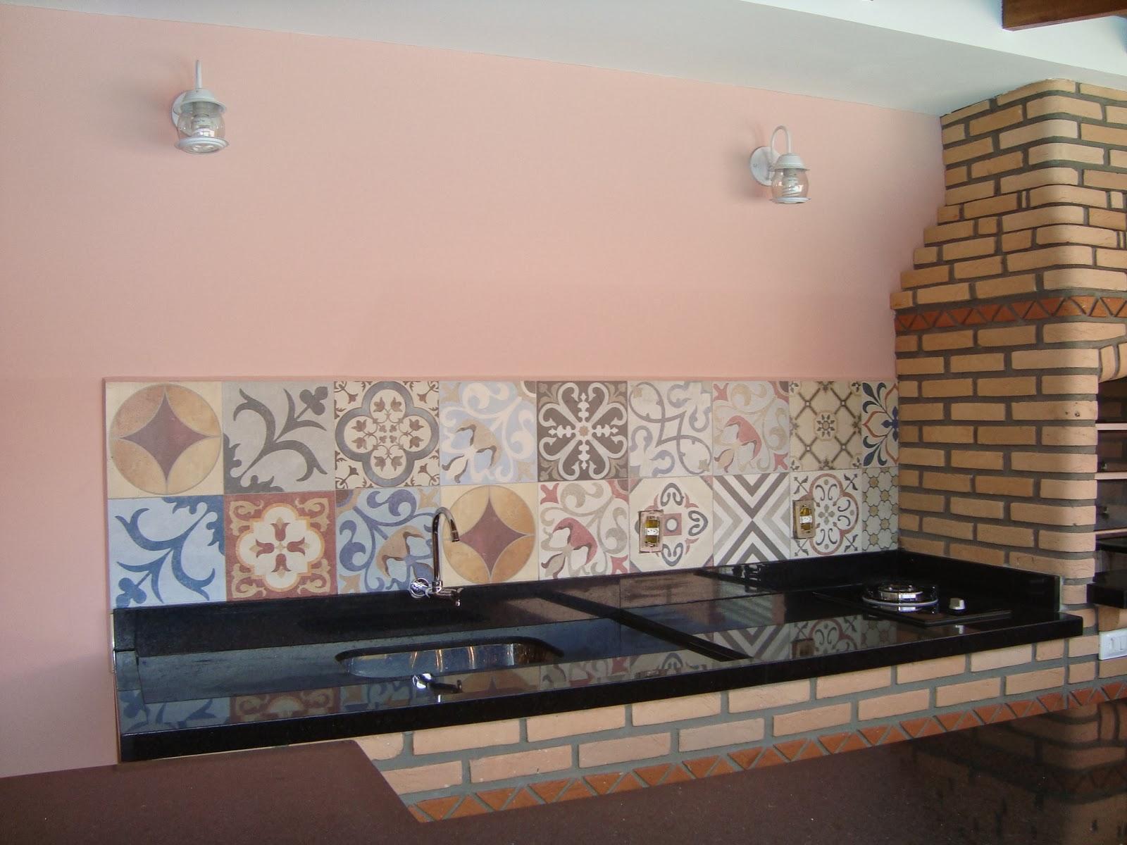Usamos uma faixa do mesmo ladrilho colocado no chuveirão e duas  #865745 1600x1200 Azulejo Banheiro Dimensões