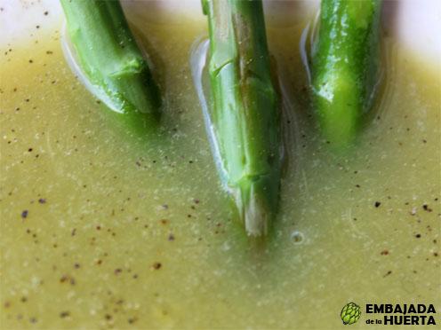 Receta rápida y sencilla de sopa de espárragos trigueros: diurética y baja en calorías