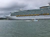 船が通るとその巨大が実感できる。