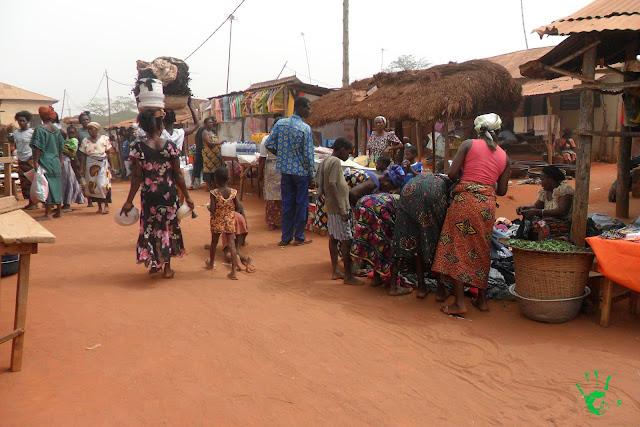 Venditori al mercato di Noepé, Togo, Africa