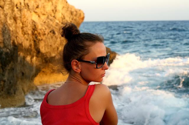 Брюнетка на море