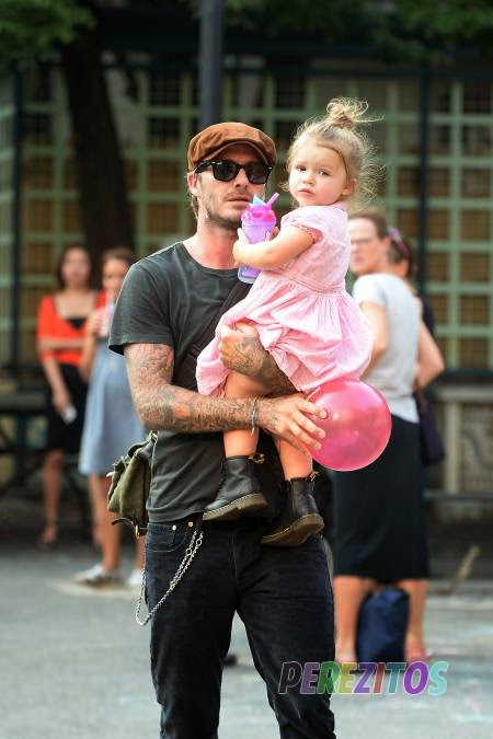 Gambar David Beckham Melayan Anak Perempuannya