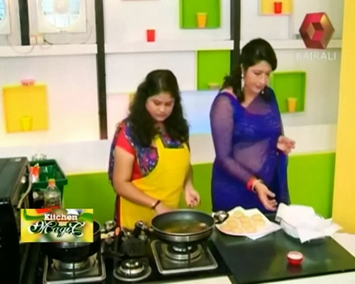 lakshmi-nair-hot-navel-show-in-saree-from-kairali-tv-kitchen-magic