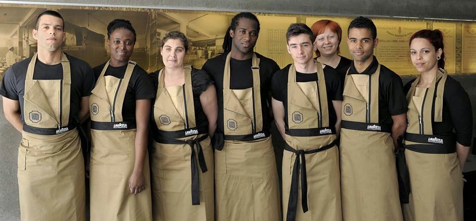 Funcionários da Leitaria da Quinta do Paço vestidos com a farda desenhada por Luís Buchinho