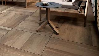 Venkovní keramická dlažba vzhledu dřevěné podlahy