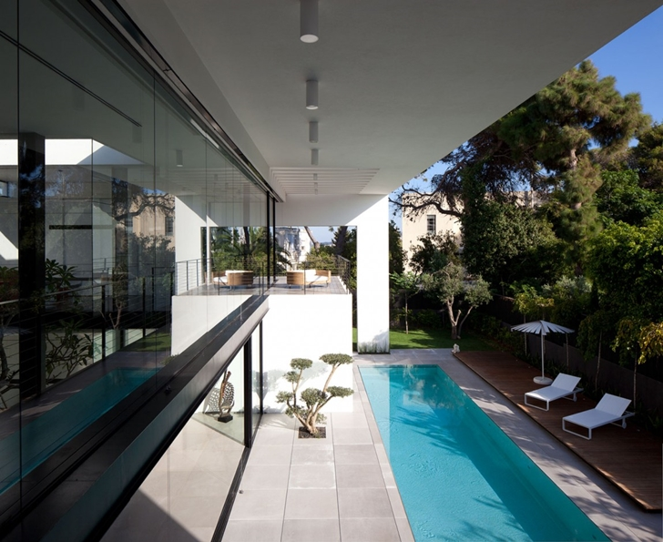 Backyard facade of Modern Bauhaus Mansion In Israel
