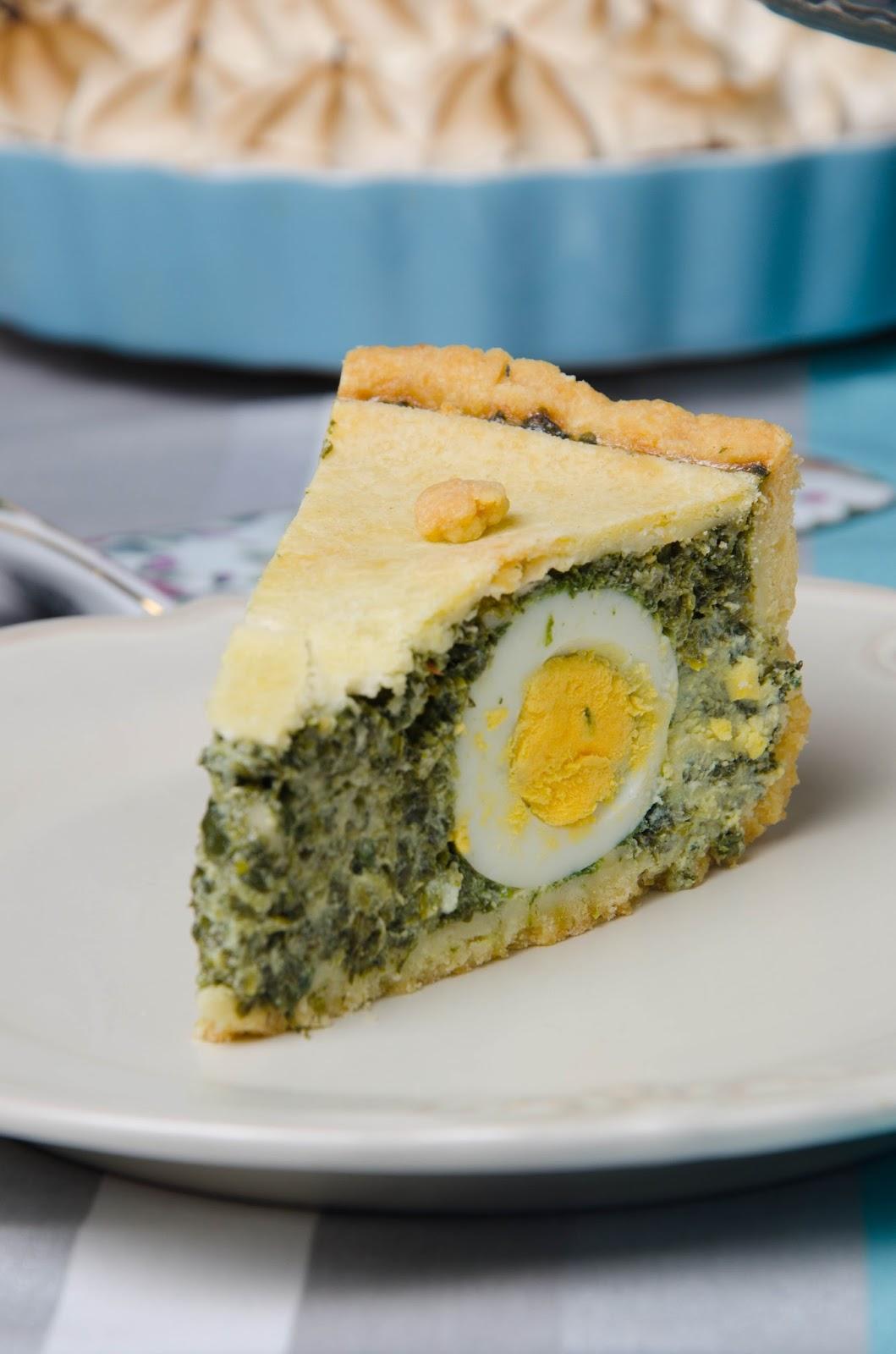Tort ze szpinakiem i jajkami w kruchym cieście
