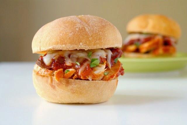 Chicken Cacciatore Sliders | thetwobiteclub.com