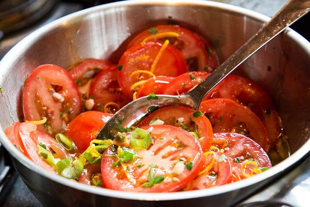 lämmin tomaattisalaatti