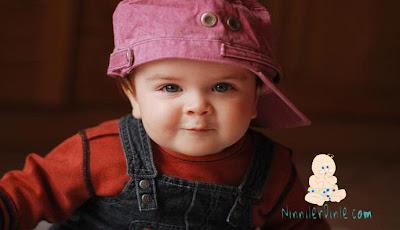 Şapkasını yan takmış artist bebek