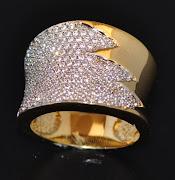Anel de ouro 18k. 174 Diamantes, com detalhe em rodio.