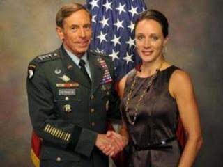 الجنرال ديفيد بترايوس وكاتبة سيرته بولا برودويل التي سميت في قضية خيانته الزوجية