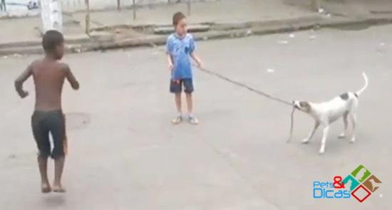 Cachorro ajuda crianças a pular corda no Rio