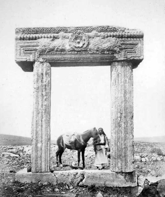 בתצלום של משלחת הפי אר אף נראה פתח מפואר באתרו ובו משקוף מעוטר וכתובת עברית