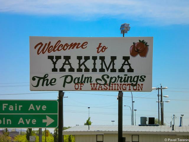 """При въезде в город с хайвея виден знак, который гласит: """"Добро пожаловать в Якиму, Палм-Спрингс штата Вашингтон""""."""