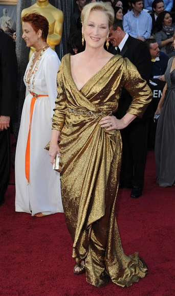 con un vestido dorado realizado con tejido ecológico certificado de