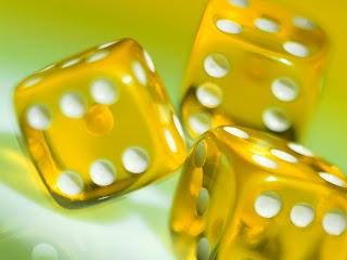 sarı tavla zarı 3d çalışma  3 tane yanyana zar arkaplan