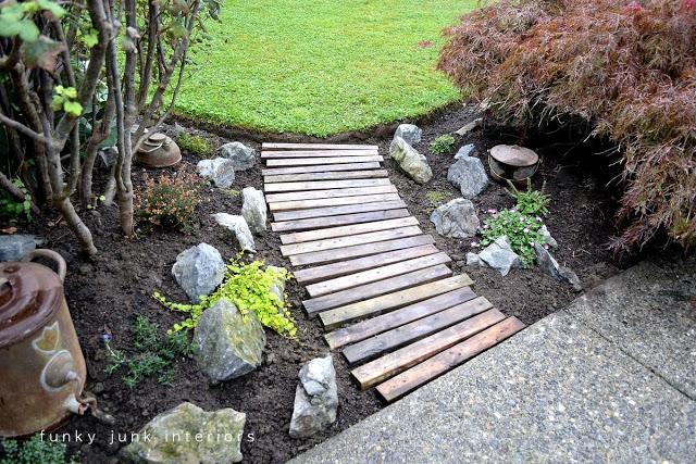 Construir camino en su jard n con palets for Listones de madera para palets