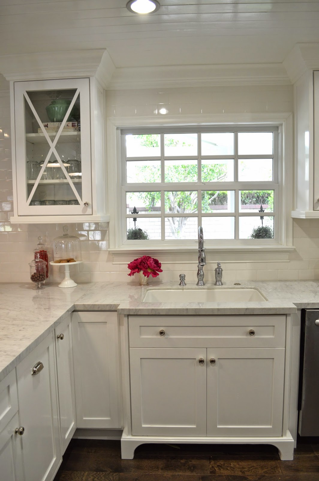 The cape cod ranch renovation great room continued kitchen for Armoire de cuisine blanche