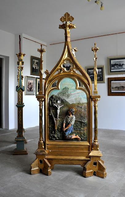 Radoszyce, galeria Biłasówka, wystawa Radoszyce w starej fotografii - stuletni feretron w swojej nowej, chwilowej roli. Fot. KW.