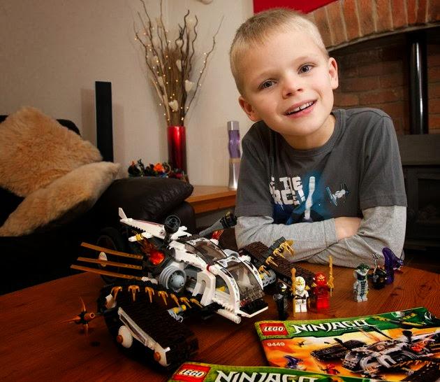 Lukas ganha da LEGO boneco perdido no shopping