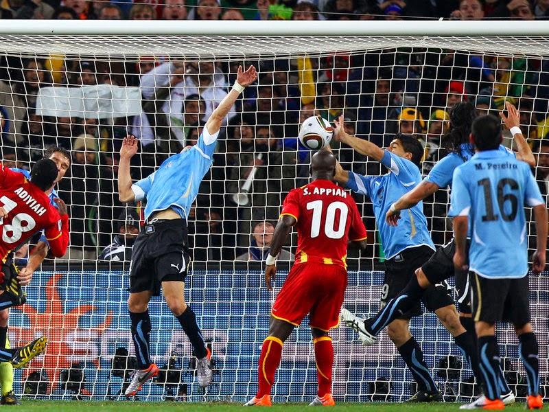 Suarez menahan bola dengan tangan source: http://sofafootball.com