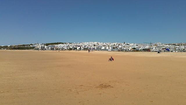 Het Los Bateles strand van Conil de la Frontera is een van de mooiste stranden aan de Costa de la Luz