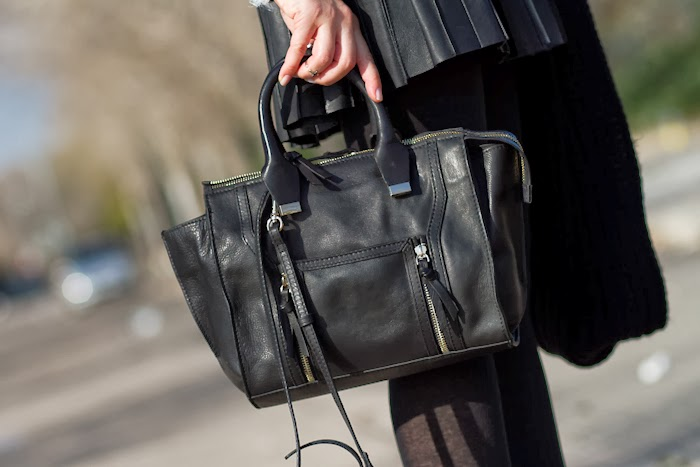 Bolso de cuero negro de Zara estilo Phillip Lim