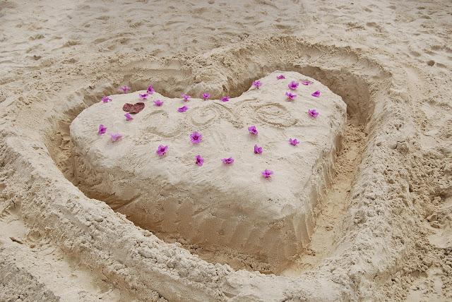 Белый песок на пляже Сурин.