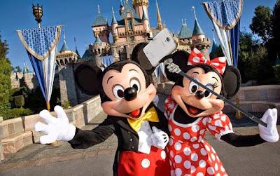 En Estados Unidos, Hong Kong y París, los palos tendrán que quedarse en la entrada por motivos de seguridad. Desde ayer 30 de junio, Disney no permite los selfie sticks dentro de sus instalaciones del tipo parques. Los motivos son varios y se reducen principalmente en cuestiones de seguridad. Según portavoz de Disney explicó a la BBC, dichas herramientas para sacar fotografías tan utilizadas hoy en día «se convirtieron en un problema de seguridad tanto para nuestros invitados como para nuestro personal». De ahora en adelante, los visitantes a los parques tendrán que dejar los palos para selfies en la