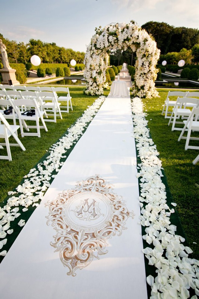 Gorgeous wedding ceremonies belle the magazine for Backyard wedding ceremony decoration ideas