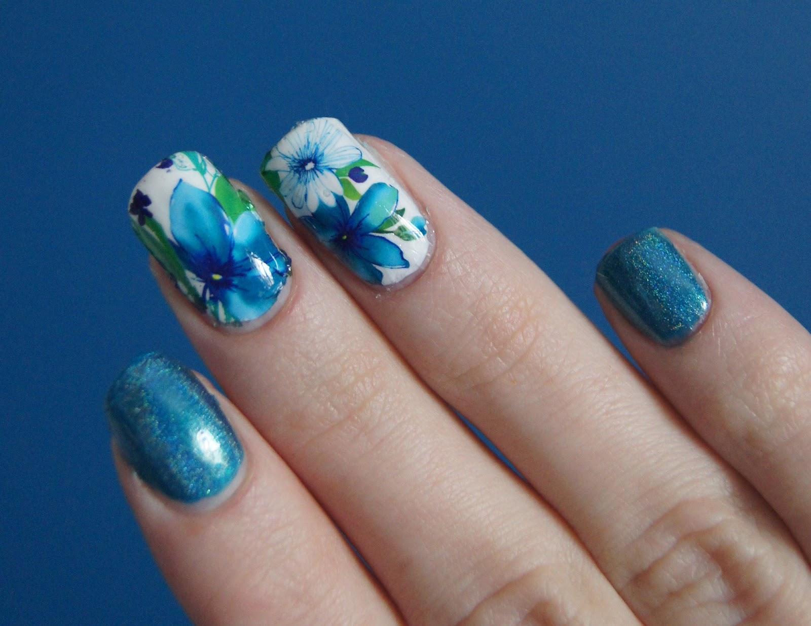 nail-art-fleurs-bleues