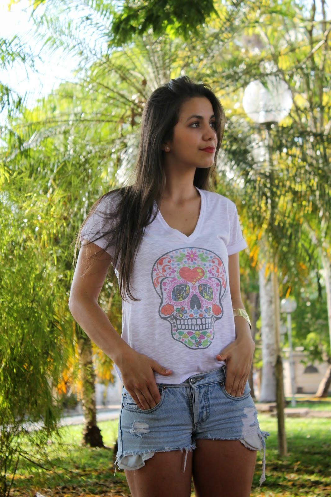 Camisetas e blusas femininas com um super desconto