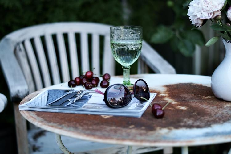 verrostete Tischplatte mit Zeitschrift, Sonnenbrille und Kirschen { by it's me! }
