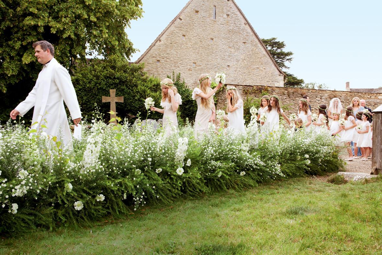 http://1.bp.blogspot.com/-A8mcbIcPSmM/T9_VMhE0SAI/AAAAAAAAuI8/NDZNpNIXm48/s1600/7.+kate+moss+wedding+vogue+mario+testino.jpg