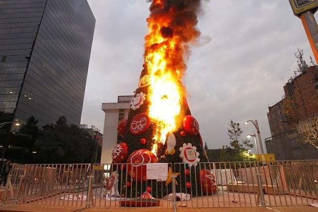 Queman árbol navideño de Coca Cola en Distrito Federal