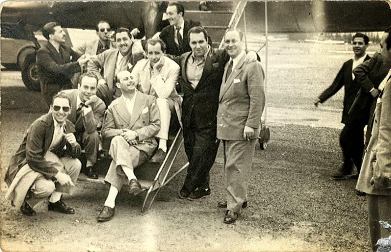Héctor y su jazz en una gira al pie del avión