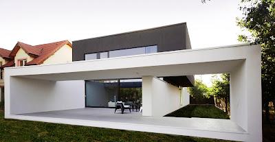 Belakang rumah minimalis hitam putih
