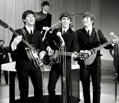 The Beatles cantando y tocando