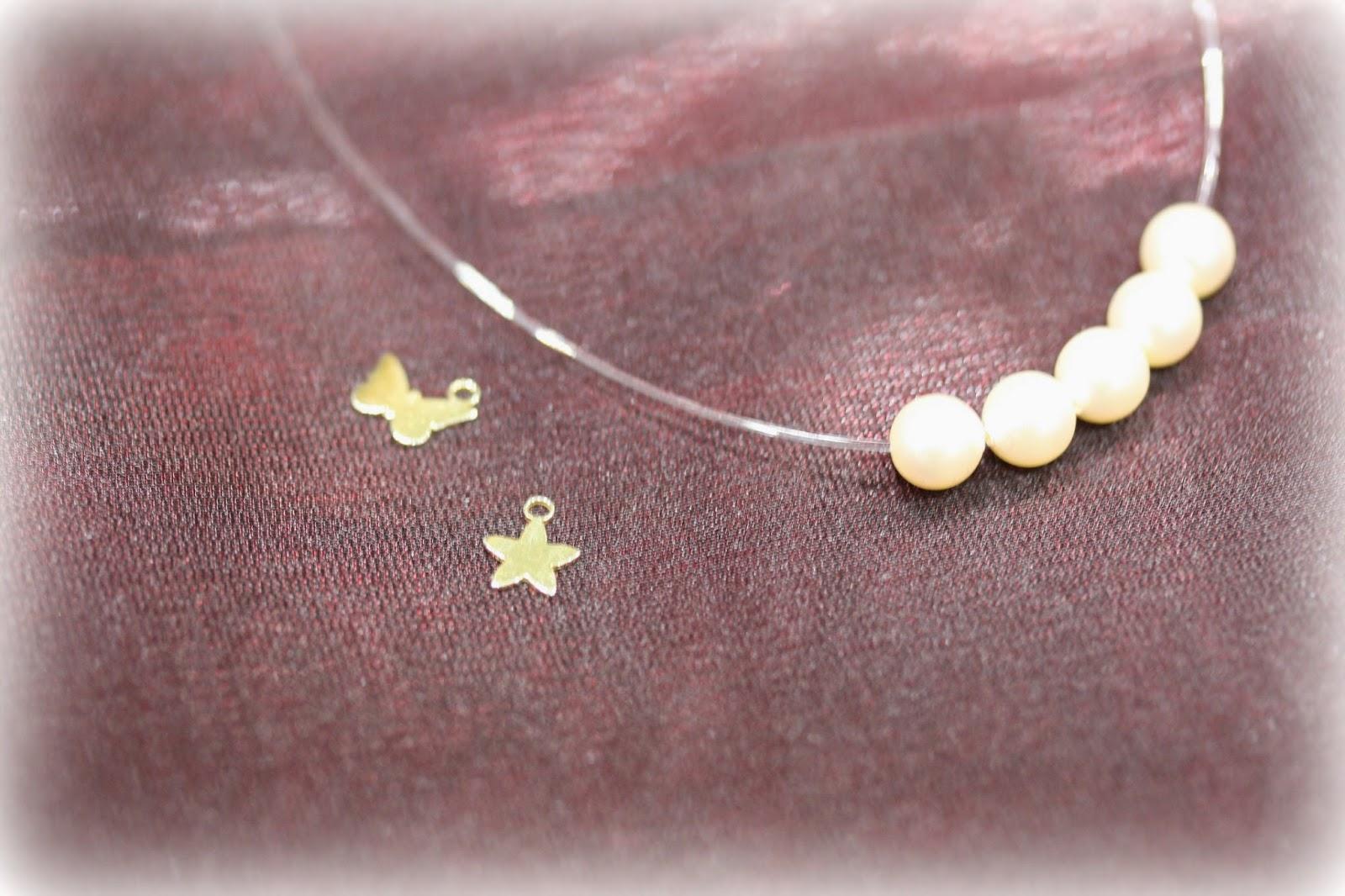 Paso 2. Cuando ya hayamos terminado con las perlas, y antes de introducir los minicolgantes, nos valdremos de una anilla para que así el minicolgante
