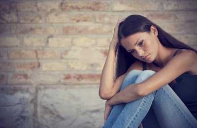 مميزات وفوائد الزواج من المرأة المطلقة - امرأة حزينة - woman sad divorced